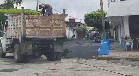 Cientos de Calles Destrozadas, Neftalí Del Toro Ordena Pavimentar la de sus Papás
