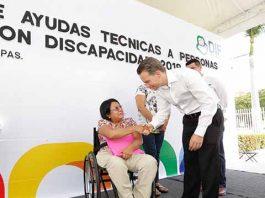 A través del DIF estatal, el gobernador Manuel Velasco entregó sillas de ruedas, bastones, carriolas, muletas y auxiliares auditivos a personas con capacidades diferentes.