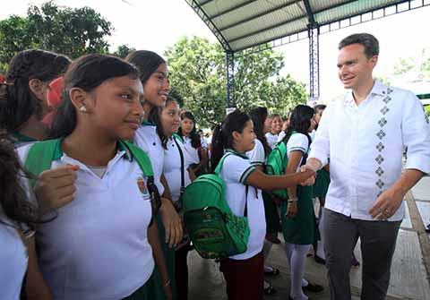 Desde Suchiapa, el Gobernador otorgó los beneficios a alumnos y alumnas de secundaria, en apoyo a la economía familiar