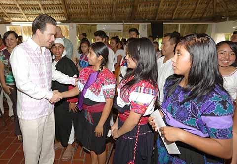 Velasco Apoya a 75 mil Jóvenes Emprendedores