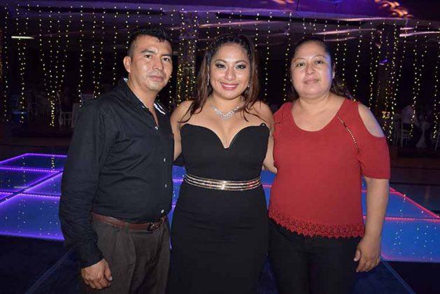 La graduada celebró junto a sus padres Ricardo Flores & Cenobia López.