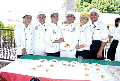 Montserrat Velázquez, Marily García, Mercedes Cortés, Odhet Santiesteban, Jeraldine Sermeño, Andoni Guzmán, presentaron Sope Oriental.