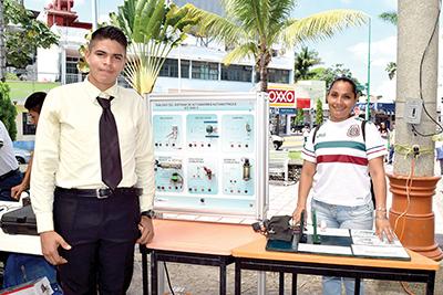 Miguel Godoy y Erendida Soto presentando el tablero de sistema de actuadores.