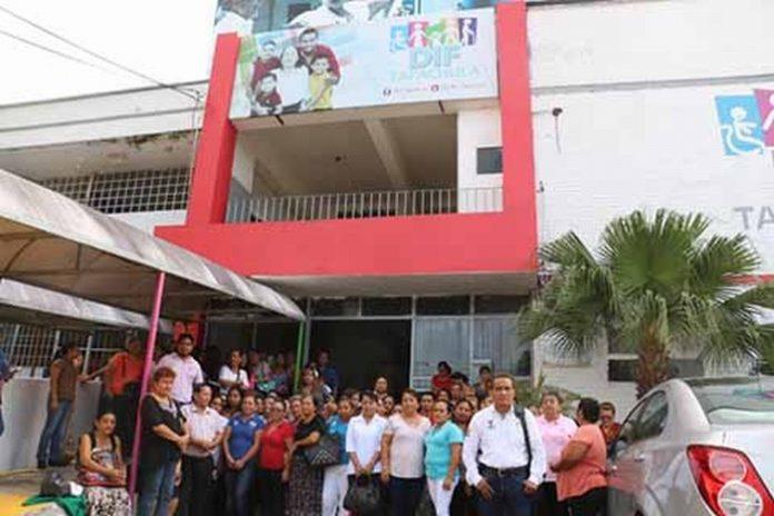 Los trabajadores afectados presentaron un pliego petitorio ante el director del DIF, Jorge Hernández Aguilar, pero el funcionario municipal no los atendió, por lo que realizaron una manifestación en la entrada principal de ese organismo, para exigir Que les cumplan sus demandas.