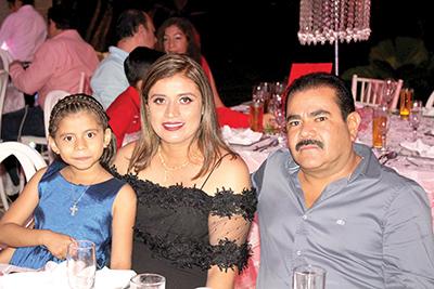 Julissa Mendoza, Marifer Reyes, César Mendoza.