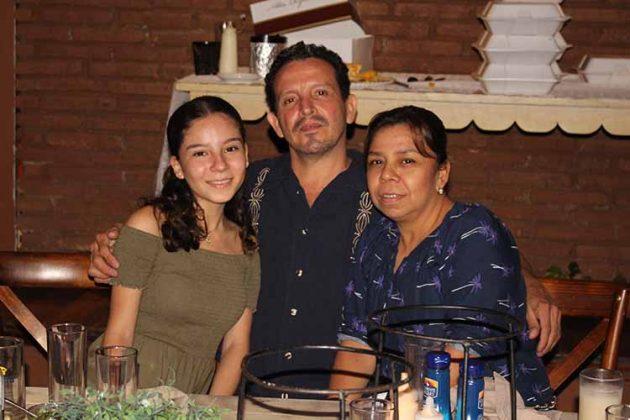 Camila, Bruno Castillo, Claudia Cárdenas.