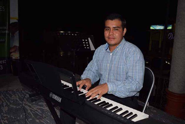 Obed Hernández, maestro de Piano.