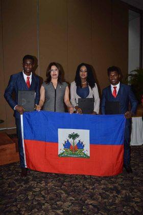La directora del ITT: Aidé Domínguez, posa con los tres alumnos haityianos graduados: Jean Berthony, Saintilus Sherlie, Legagneur Wilgomex.