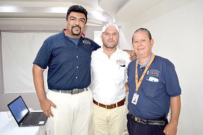 """Ángel Alberto González, Alexander Fleck y Pedro Carballo de la empresa """"Nativo Tours""""."""