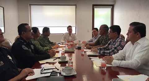 El Gobernador Manuel Velasco encabezó una reunión de seguridad, donde indicó que se buscará tener una mayor coordinación entre los tres niveles de Gobierno, para fortalecer los mecanismos de protección a los periodistas.