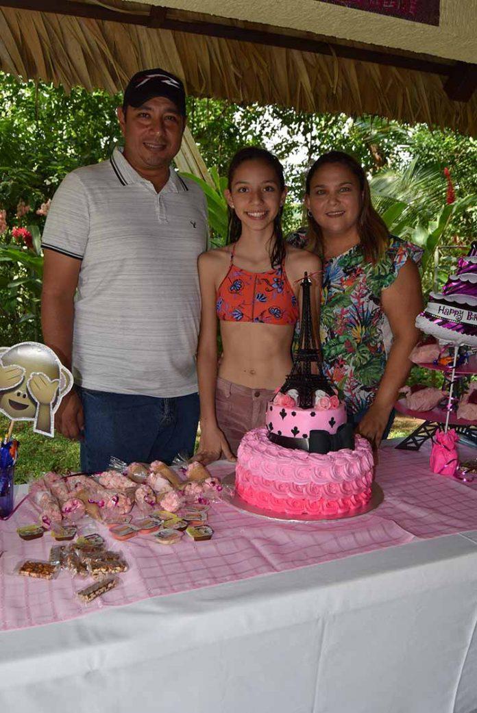 Los anfitriones de la celebración fueron sus padres: Julio Gamboa & Karla Del Toro, aquí consintiendo a su heredera.