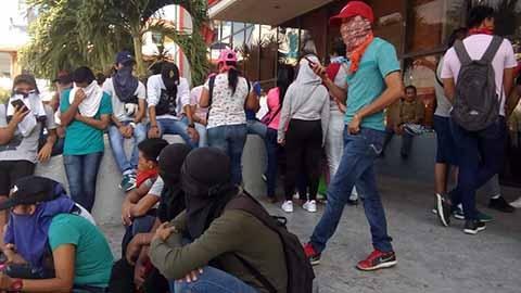 Normalistas de la ENLEF Bloquearon Accesos a la Presidencia municipal