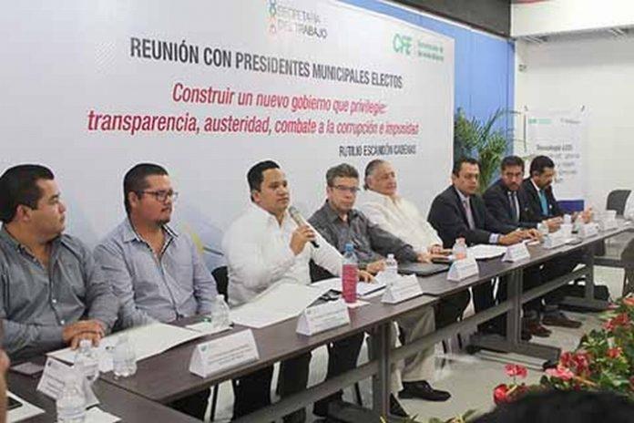 En representación del Gobernador Manuel Velasco, el secretario del trabajo Oscar Ochoa Gallegos, exhortó a los encargados de dirigir los destinos de los nuevos ayuntamientos a que contribuyan a lograr un clima de distensión política, garantizando una transición pacífica desde el primer minuto del lunes 1 de octubre.