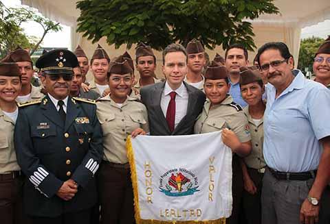 Junto a las Fuerzas Armadas, el gobernador Manuel Velasco Coello conmemoró el 171 Aniversario de la Gesta Heroica de los Niños Héroes de Chapultepec, donde destacó el honor y valentía de los alumnos del Colegio Militar al defender a su pueblo y su nación.