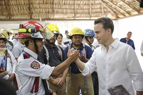 El gobernador Manuel Velasco Coello, encabezó la instalación y toma de protesta de la Junta de Gobierno del nuevo Instituto de Bomberos, que permitirá acceder a recursos para la capacitación, profesionalización y a mejores sueldos para mujeres y hombres que pertenecen a este Heroico Cuerpo en Chiapas.