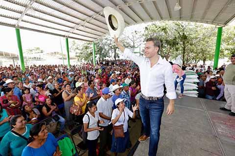 Durante intensa gira de actividades por la zona Valles Zoque, el gobernador Manuel Velasco Coello, entregó fertilizante a más de 4 mil productores y benefició con obras y apoyos a los municipios de esa región.
