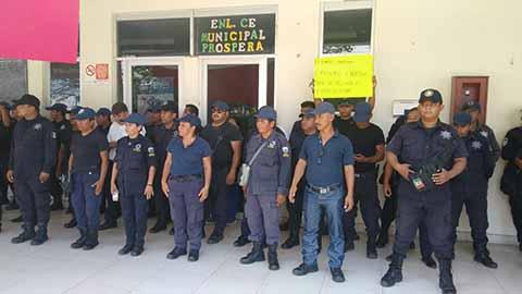 Policías Municipales de Cacahoatán Realizan Protesta de Brazos Caídos