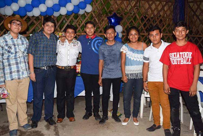 El cumpleañero junto a sus amigos.