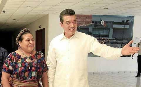 Rigoberta Menchú Tum, Premio Nobel de la Paz 1992, felicitó al gobernador electo de Chiapas, Rutilio Escandón Cadenas, afirmando que confía en su buen desempeño al frente del gobierno de Chiapas.