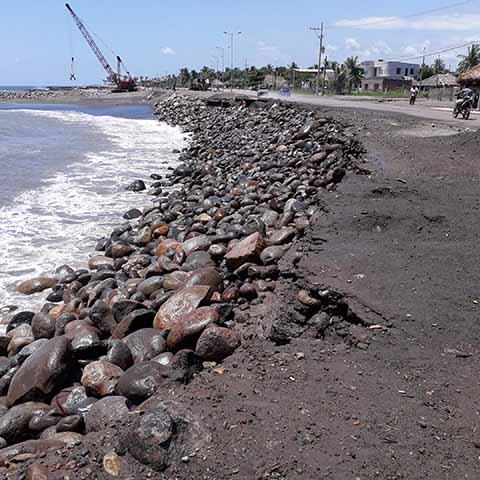 El fenómeno causó destrozos en la población de Puerto Madero, destruyendo banquetas, redes eléctricas, postes de alumbrado, entre otros daños, afectando principalmente a los palaperos y restauranteros.