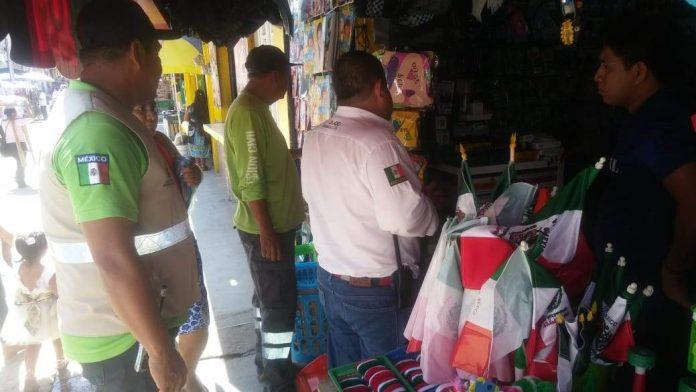 Protección Civil Supervisa Venta de Pirotecnia en el Mercado de Huixtla