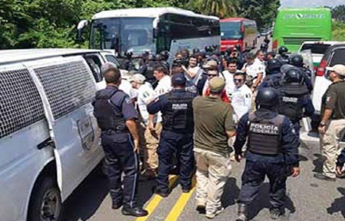 Un grupo de más de 300 hondureños de la segunda caravana migrante, que ingresó a territorio mexicano y pretendían llegar a Tapachula para seguir su rumbo hacia el norte del país, fueron detenidos por la Policía Federal y agentes del Instituto Nacional de Migración (INM).