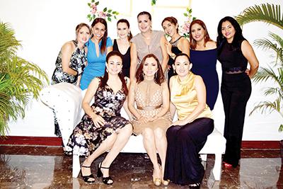 Fanny Trujillo de Flores en la foto del recuerdo con sus amigas.