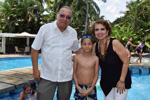 El cumpleañero con sus abuelitos Jaime Cerdio y Sarita Moisés.