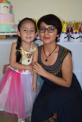 Camila con su consentidora mamá Vanessa Regalado.