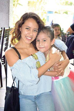 María Fernanda González acompañando a Camila Regalado.