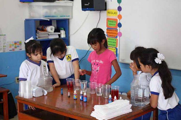 Alumnos de primaria con su proyecto de ciencias.