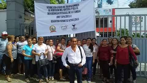 Extrabajadores del DIF Tapachula Realizan Plantón