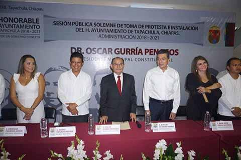Ayer en punto de la media noche, tomó posesión de la Presidencia Municipal de Tapachula Oscar Gurría Penagos, quien a la vez dio posesión a regidores y funcionarios de su gabinete. Destacó la presencia del gobernador electo, Rutilio Escandón Cadenas, quien tomó la protesta a los nuevos integrantes del Ayuntamiento Municipal.