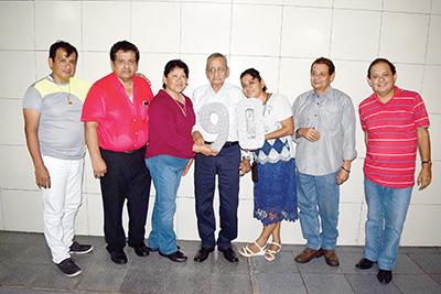 El festejado con sus hijos, Sergio, José Ángel, María Magdalena, María Olimpia, Javier, Alberto González.