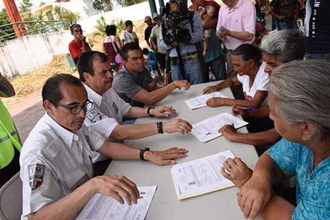 Entregan SEGOB e INM Primeros Permisos Laborales a Hondureños