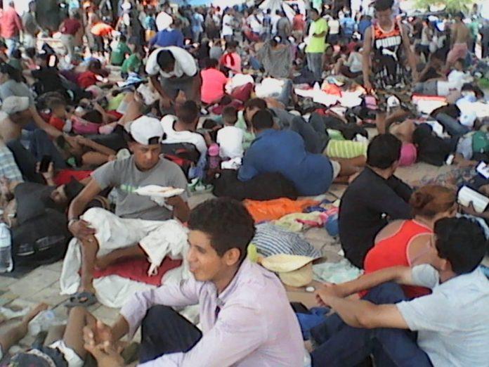Unas 2 mil 500 personas, la mayoría mujeres, niños, ancianos y personas con capacidades diferentes, decidieron declinar y optaron por entregarse a las autoridades migratorias para el retorno a su país de origen.