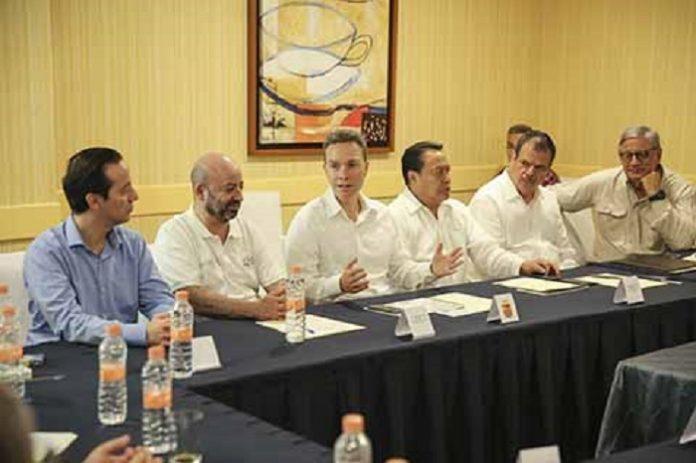 El gobernador Manuel Velasco Coello, junto al subsecretario de Gobierno de la Secretaría de Gobernación, Manuel Cadena Morales, subrayó la importancia de fortalecer los sistemas de asistencia social para las familias en situación de vulnerabilidad.