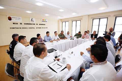 En gira de trabajo por Comitán de Domínguez, el gobernador Manuel Velasco Coello encabezó la Mesa de Coordinación de Seguridad, con Alcaldes de la región Meseta Comiteca, elementos del Ejército Mexicano y de la Marina e integrantes de su Gabinete de Seguridad.