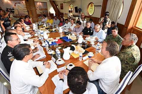 El Gobernador encabezó la Mesa de Seguridad desde la XIV Zona Naval de Puerto Chiapas, acompañado con parte de su gabinete, mandos militares y funcionarios municipales.