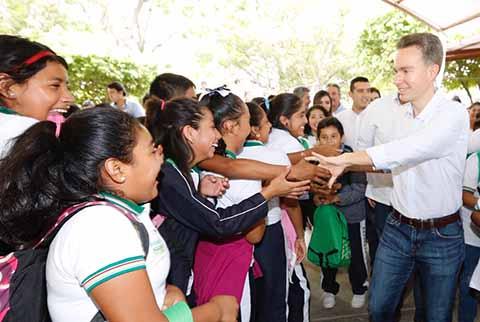 Manuel Velasco Beneficia a Estudiantes de La Frailesca con Útiles y Uniformes