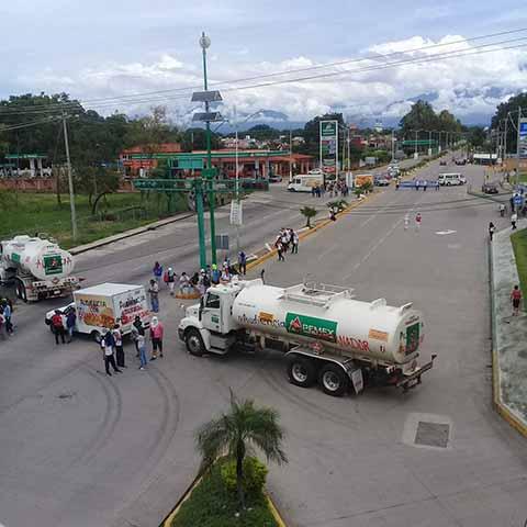 Normalistas Retienen Pipas de Pemex y Bloquean la Carretera a Puerto Madero