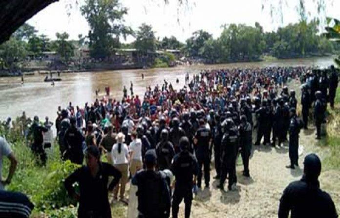 Unos dos mil migrantes atravesaron ayer por el río Suchiate, enfrentando después a la Policía Federal y Migratoria, para continuar su trayectoria.