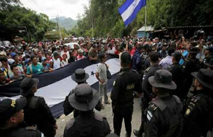 La caravana de más de 2 mil hondureños arribaron ayer a la frontera con Guatemala; la policía al ver la multitud, decidió mejor escoltarlos para traerlos a la frontera y pasar por Tapachula.