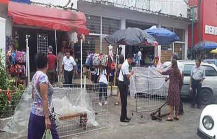 Luego de la exigencia expresada por comerciantes, realizan operativos para desalojar a vendedores callejeros del centro histórico.