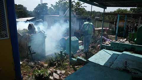 Autoridades de Salud Fumigan Panteones de la Región