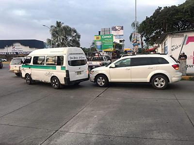 Causa Accidente al Rebasar en Boca Calle