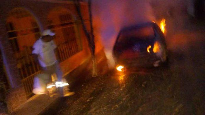 Prendieron Fuego a Carro Estacionado