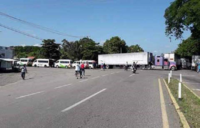 Momentos de tensión se registraron ayer por la mañana en el tramo Tapachula-Huixtla, luego que un trailero molesto por el bloqueo pasó sobre la barricada arrollando a un reportero; más adelante fue detenido por los maestros y entregado a la Policía Federal. Estos bloqueos y protestas afectan severamente a la región; no debe ocurrir más con la Cuarta Transformación.
