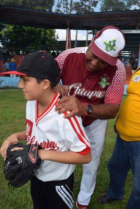 Miguel Solís, manager de las Guacamayas de Palenque y jugador profesional de besibol firmando autógrafos a los aficionados.