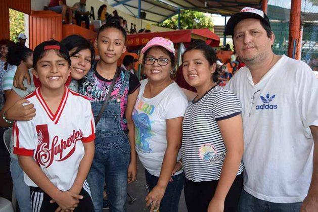 La familia Villalba Hernández, disfrutando del encuentro.